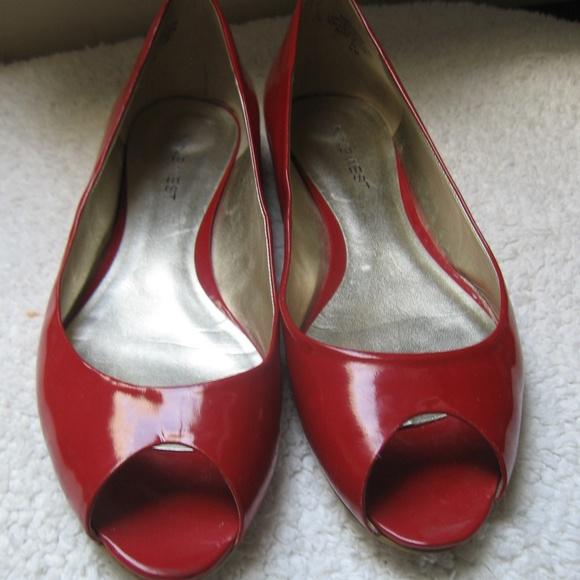 60b33f4ef68a Nine West Red Patent Leather Flat Sandals. M 5aaff633b7f72b62aa5f2ed5